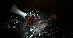 Il bicchiere di vino rotto ed appassito è aumentato su fondo scuro Una rosa appassente significa l'amore perso, divorzio, o una c archivi video