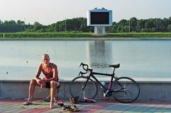 Il bicyclist dello sportivo ha un resto Fotografia Stock