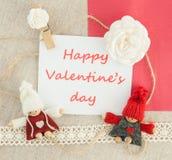 Il biglietto di S. Valentino, cartolina d'auguri con le rose bianche, cuore del perno, ha tricottato il lo Fotografia Stock Libera da Diritti