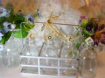 il biglietto di S. Valentino di amore fiorisce il giardino delle bottiglie della decorazione immagini stock libere da diritti