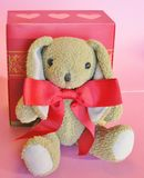 Il biglietto di S. Valentino ha farcito il coniglio con la scatola rossa di regalo e dell'arco con i cuori Fotografia Stock Libera da Diritti