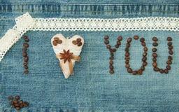 Il biglietto di S. Valentino, la cartolina d'auguri con il cuore del caffè del tessuto ed il caffè sono Fotografia Stock