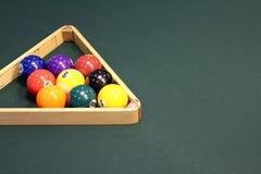 Il biliardo riunisce uno scaffale di nove palle con lo spazio della copia sulla Tabella Fotografie Stock