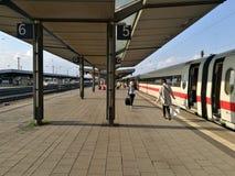 Il binario nella stazione ferroviaria della città della Germania Fotografia Stock Libera da Diritti
