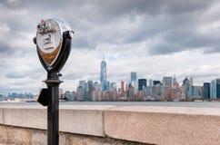 Il binocolo su Ellis Island ha indicato verso l'orizzonte i del ` s di Manhattan fotografia stock libera da diritti