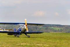 Il biplano Bucker Bu-131 Jungmann ha prodotto sotto l'autorizzazione come PA di Tatra T-131 sulla pista dell'aeroporto Fotografia Stock Libera da Diritti
