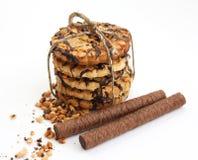 Il biscotto del cioccolato zuccherato lega in su e la cialda rotola Fotografia Stock
