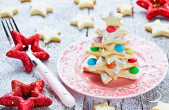 Il biscotto dell'albero di Natale ha decorato la caramella variopinta su una bella p Immagine Stock