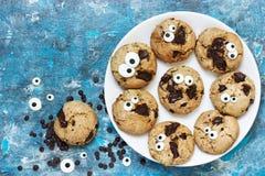 Il biscotto di Halloween, biscotti americani del cioccolato con la caramella osserva fotografia stock