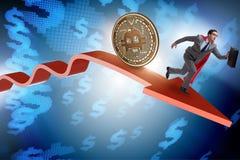 Il bitcoin che insegue uomo d'affari nell'arresto di prezzi di cryptocurrency Fotografie Stock