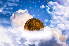 Il bitcoin dell'oro, sulle nuvole, cielo blu, con variopinto è protagonista come i precedenti fotografie stock