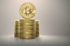 Il bitcoin dorato che sta sulla pila di soldi conia Fotografia Stock