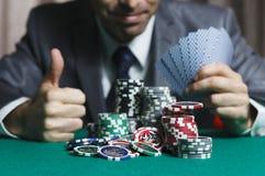 Il black jack nelle vittorie di un uomo del casinò diventa ricco, mostra un grande come Immagini Stock Libere da Diritti