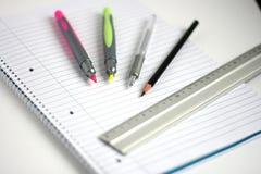 Il blocchetto per appunti rinchiude profondità del righello della matita la piccola del campo Immagine Stock