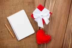 Il blocco note in bianco per lo spazio e l'annata della copia handmaded i biglietti di S. Valentino da fotografie stock libere da diritti