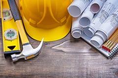 Il blocco note blueprints il metro di legno del martello da carpentiere del cappello della costruzione e Fotografie Stock Libere da Diritti