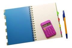 Il blocco note, la penna ed il calcolatore su bianco hanno isolato il fondo immagini stock