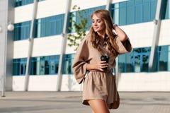Il blogger alla moda d'avanguardia della ragazza cammina intorno alla città fotografia stock libera da diritti