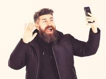 Il blogger con la barba prende la foto del selfie o il video di flusso continuo fotografia stock