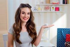 Il blogger di bellezza esamina la crema di fronte immagini stock
