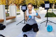 Il blogger grazioso della donna di sport prende una rottura Fotografie Stock