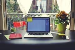 Il blogger ha bisogno della stazione di lavoro, del posto di lavoro con il computer portatile aperto, dello smartphone, del taccu Immagini Stock Libere da Diritti