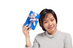Il blu asiatico della tenuta dei capelli di scarsità della donna ha avvolto il regalo Fotografie Stock