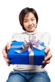 Il blu asiatico della tenuta dei capelli di scarsità della donna ha avvolto il regalo Immagine Stock