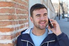 Il blu bello ha osservato l'uomo che chiama dal telefono all'aperto Immagine Stock