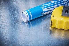 Il blu blueprints la misura di nastro sulla costruzione metallica del fondo Fotografia Stock Libera da Diritti