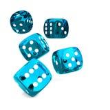 Il blu del gioco taglia il rotolamento a cubetti sulla tavola bianca Fotografia Stock Libera da Diritti