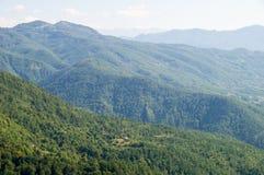 Il blu delle montagne boscose in Serbia Fotografia Stock