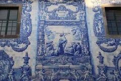 Il blu ed il bianco hanno dipinto le mattonelle ad una cappella a Oporto Immagini Stock Libere da Diritti