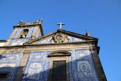 Il blu ed il bianco hanno dipinto le mattonelle ad una cappella a Oporto contro un chiaro cielo blu Fotografie Stock Libere da Diritti