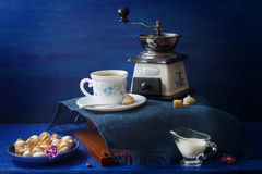 Il blu ed il bianco hanno servito lo spuntino del caffè Fotografia Stock Libera da Diritti