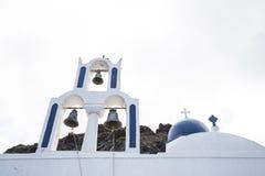 Il blu ha dipinto il tetto greco della cappella con tre campane fotografia stock libera da diritti