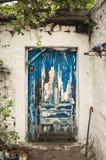 Il blu ha scalfito la porta del legname della casa bianca immagine stock libera da diritti