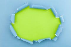 Il blu ha strappato la carta aperta sul fondo del Libro Verde Fotografie Stock