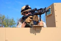 Il blu marino EOD degli Stati Uniti mira il fucile da un humvee militare fotografia stock