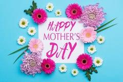 Il blu pastello di Candy della madre del giorno felice del ` s colora il fondo Disposizione floreale del piano fotografie stock libere da diritti