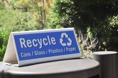 Il blu ricicla il inscriptionsign sul bidone della spazzatura fotografia stock