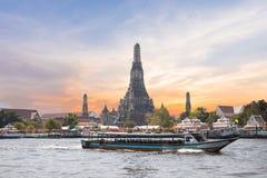 Il bokeh crepuscolare urbano astratto e riflette la luce del trasporto della nave dall'acqua Fotografia Stock Libera da Diritti