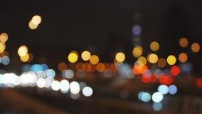 il bokeh defocused astratto del traffico cittadino di notte 4k accende il fondo stock footage