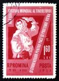 Il bollo della Romania mostra la donna di dancing in vestito nazionale, circa 1959 Fotografia Stock