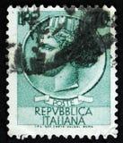 Il bollo italiano mostra la moneta antica di Siracusa, il ` della moneta di Syracusean del ` di serie, circa 1968 Immagine Stock Libera da Diritti