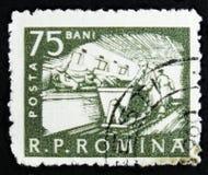 Il bollo rumeno mostra il bestiame che si alimenta, manodopera agricola, circa 1960 Fotografia Stock Libera da Diritti
