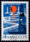 Il bollo russo mostra gli impianti offshore, Bacu Circa 1971 fotografie stock