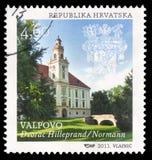 """Il bollo stampato in Croazia mostra a †di Valpovo """"il castello di Hilleprand-Prandau Normann-Ehrenfels Fotografia Stock"""
