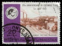Il bollo stampato dal Pakistan mostra la fabbrica Daudkhel del cemento della foglia di acero Fotografia Stock