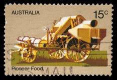 Il bollo stampato dall'Australia che onora la vita pionieristica australiana mostra la trebbiatrice del cavallo Fotografia Stock